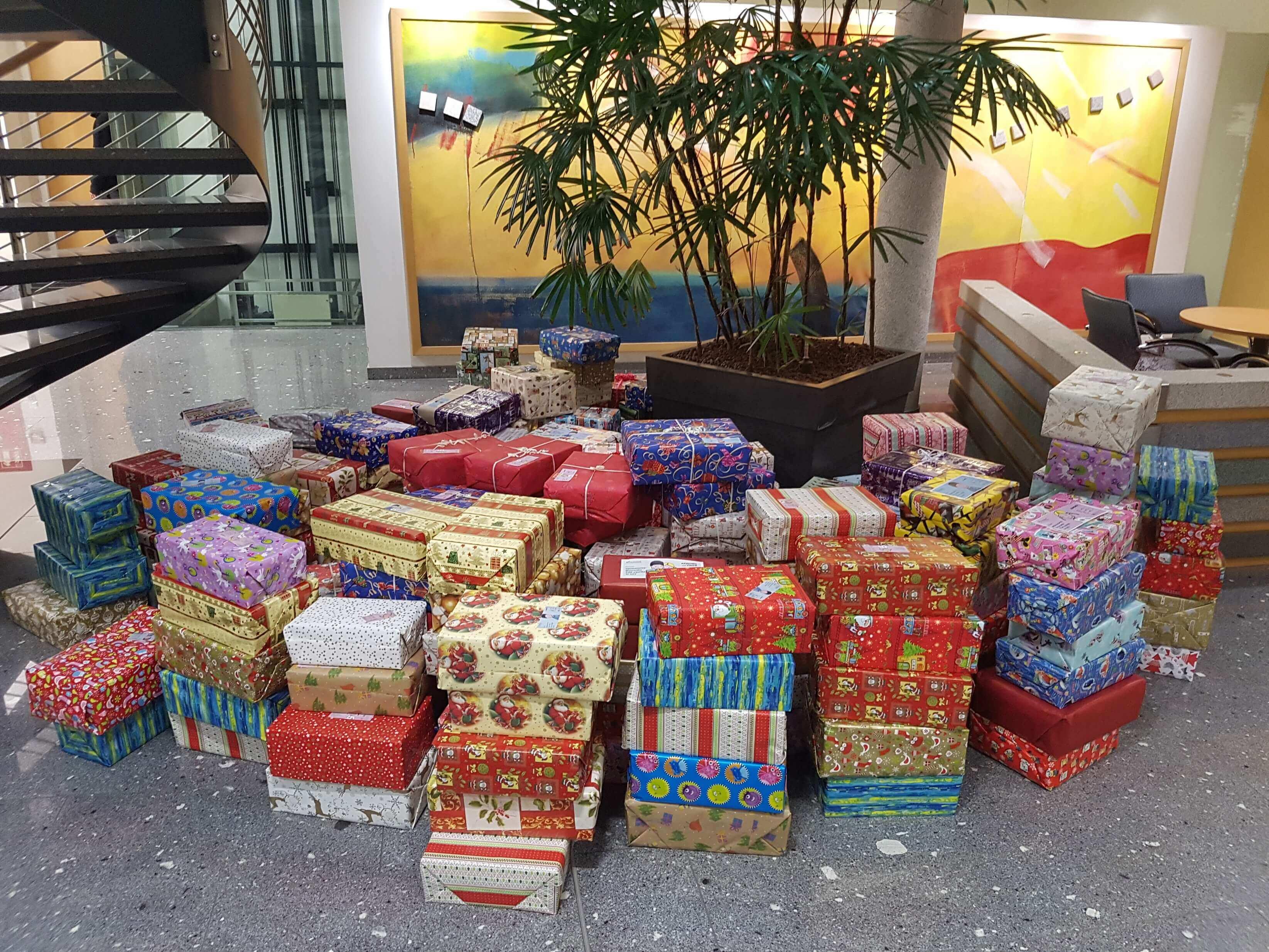 284 gepackte und verzierte Kartons mit Weihnachtsgeschenken gesammelt im Foyer.